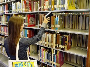 SanDiegoCityCollegeLearningResource_-_bookshelf